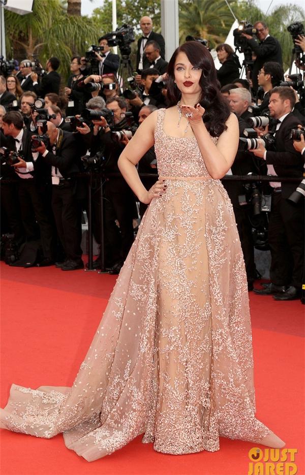 Hoa hậu Thế giới 1994 Aishwarya Rai có lẽ là mĩ nhân châu Á lộng lẫy và bắt mắt nhất trong những ngày qua trên thảm đỏ Cannes. Dù có dấu hiệu tăng cân nhưng người đẹp Ấn Độ vẫn cực kì quyến rũ, cuốn hút với những chiếc váy xuyên thấu có tông màu nhẹ nhàng kết hợp chi tiết đính kết kì công.