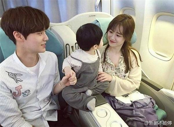 """Hình ảnh gia đình hạnh phúc của cặp đôi khiến mọi người không khỏi """"phát ghen"""""""