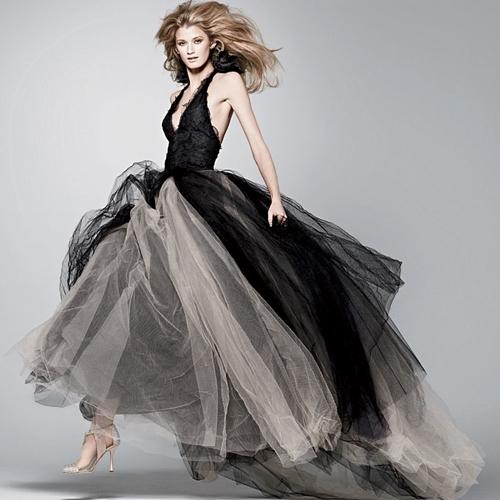 Trái ngược với màu trắng tinh khôi, váy cưới đen thể hiện nét quyến rũ đầy bí ẩn của một người phụ nữ quyền lực. (Ảnh: Internet)