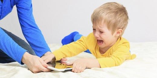 Nhiều bà mẹ lo lắng trước thói quen xem smartphone của trẻ (ảnh minh họa)