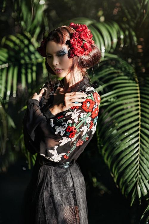 Trước thềm show diễn, Hà Anh mang đến khán giả tạo hình độc đáo với những kiểu tóc ấn tượng mang đậm màu sắc của nhà tạo mẫu Michael Barnes. Hàng chục đóa hoa hồng đỏ thắm được sử dụng để tô điểm cho mái tóc của Hà Anh.