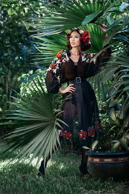 Cô diện trang phục xuyên thấu gợi cảm với điểm nhấn là họa tiết hoa lá đầy màu sắc của vùng nhiệt đới.