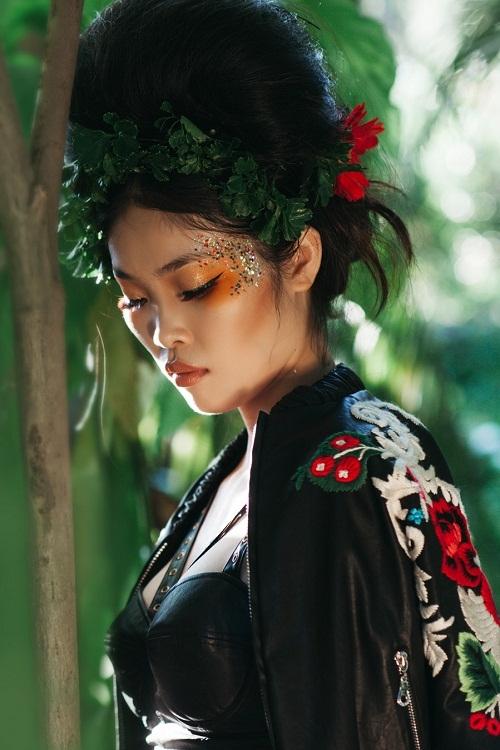 Đồng hành với Hà Anh trong bộ ảnh này là những học trò thân thuộc của cô.