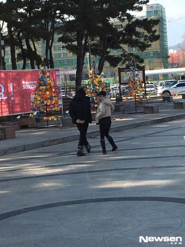 Đầu năm 2016, Rain và Kim Tae Hee có buổi hẹn hò lãng mạn ở vùng biển Sokcho. Dù ăn mặc kín mít và đeo khẩu trang nhưng cặp đôi vẫn không tránh khỏi sự chú ý của người dân xung quanh.