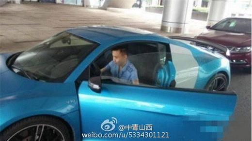 Chiếc xe hơi màu xanh mang kiểu dáng trẻ trung, năng động,được trang bị động cơ V8 4.2 FSI, dẫn động 4 bánh toàn thời gian, mạnh mẽ, giới hạn tốc độ vượt quá 315km/h. (Ảnh: Internet)