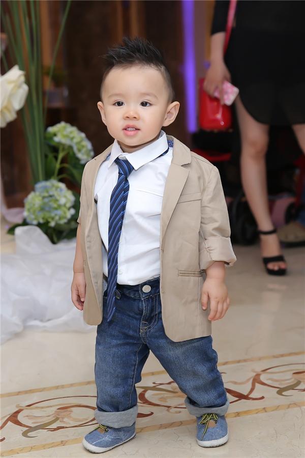 Benjamin lịch lãm trong bộ vest, hiếu động và không quấy khóc. - Tin sao Viet - Tin tuc sao Viet - Scandal sao Viet - Tin tuc cua Sao - Tin cua Sao