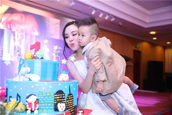 Vy Oanh cùng con trai thổi nến chúc mừng sinh nhật - Tin sao Viet - Tin tuc sao Viet - Scandal sao Viet - Tin tuc cua Sao - Tin cua Sao