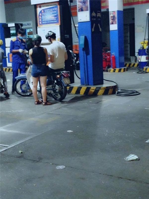 Cô gái sẵn sàng đi cạnh bạn trai tới tận cây xăng mà không hề tránh né, ngại ngùng.(Ảnh: Internet)