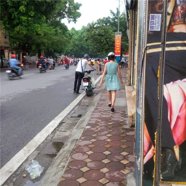 Các cô bạn gái thản nhiên đi cách xa xe máy,mặc kệ bạn trai lêtừng bước chân mệt nhọc.(Ảnh: Internet)