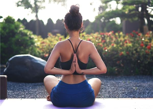 S.T nổi loạn bất ngờ, Vân Anh vặn người cực siêu khi tập yoga