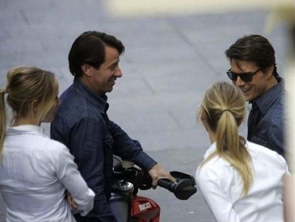 Tom Cruise & Cameron Diaz (phải) cùng 2 diễn viên đóng thế Shannon Murphy & Casey O'Neilltrên phim trườngKnight and Day