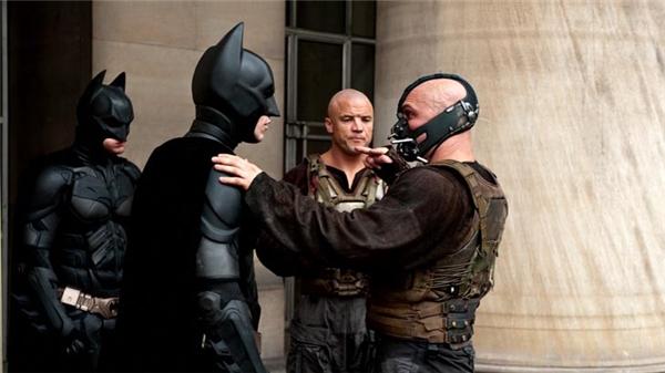 Christian Bale & Tom Hardy (trước) cùng 2 diễn viên đóng thế Bobby Holland Hanton & Buster Reeves, The Dark Knight Rises