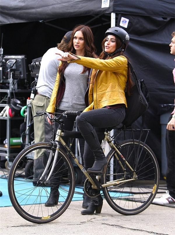 Megan Fox cùng diễn viên đóng thế (ngồi trên xe đạp), Teenage Mutant Ninja Turtles