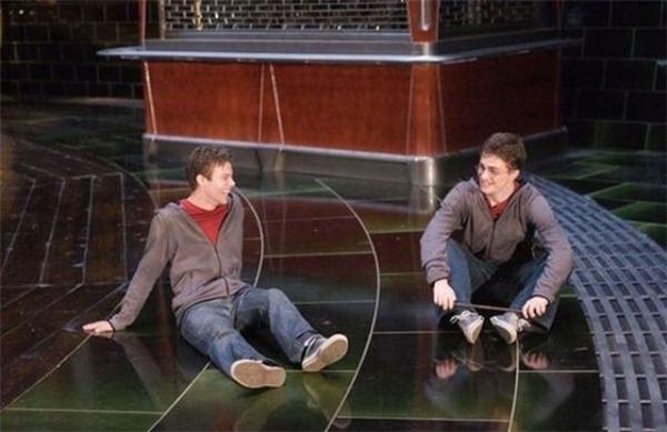 Daniel Radcliffe (phải) cùng diễn viên đóng thế, Harry Potter and the Order of the Phoenix