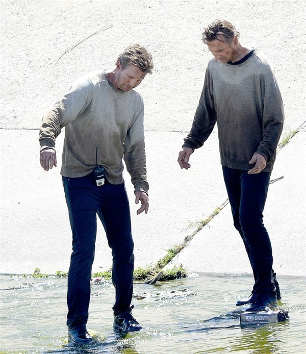 Liam Neeson (phải) & Mark Vanselow, Taken 3