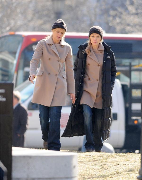 Angelina Jolie (phải) cùng diễn viên đóng thế, Salt