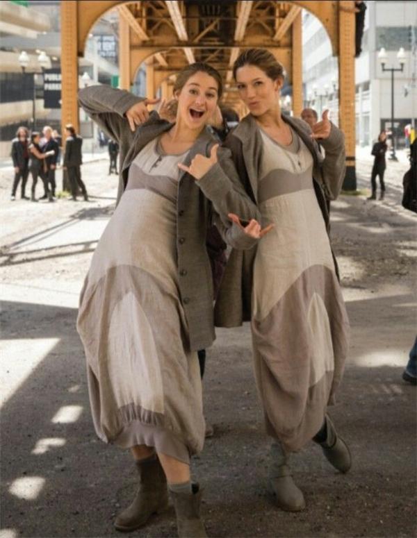 Shailene Woodley (trái) cùng diễn viên đóng thế, Divergent