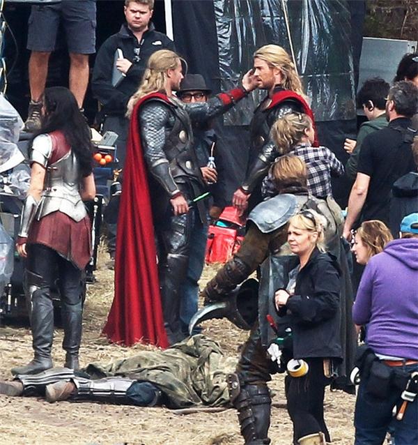 Chris Hemsworth (phải) cùng diễn viên đóng thế, Thor: The Dark World