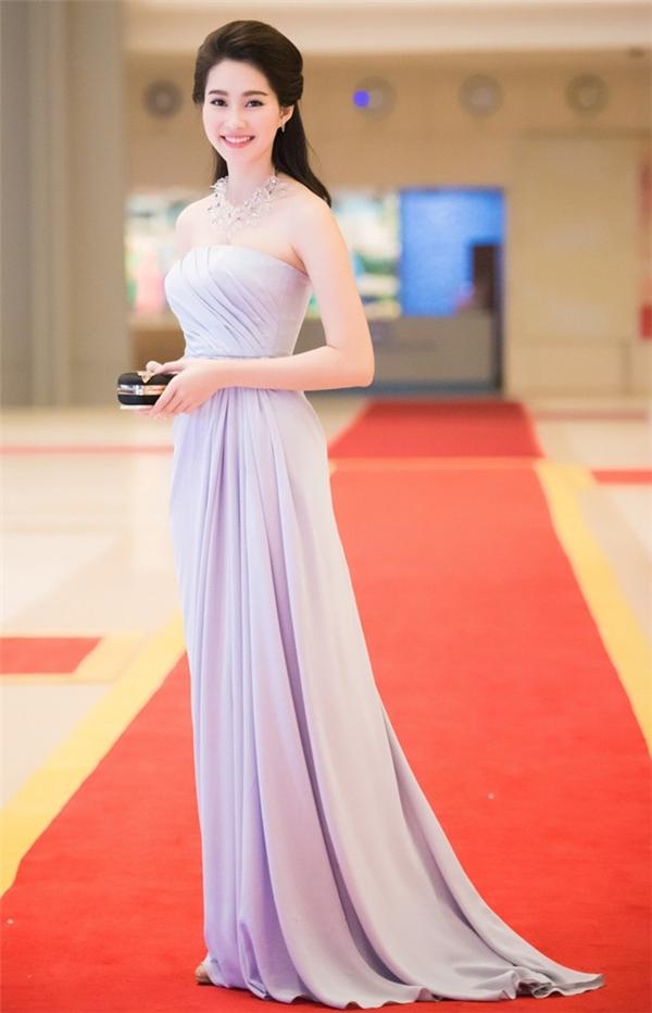 Chính vì thế, Thu Thảo thường diện những dáng váy xòe, dài hoặc có phần trên kín đáo để che đi hai khuyết điểm trên.