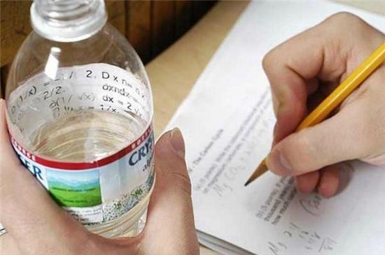 """Hóa ra nhãn chai nước còn có thể """"cứu khổ cứu nạn"""" thế này. (Ảnh: Internet)"""