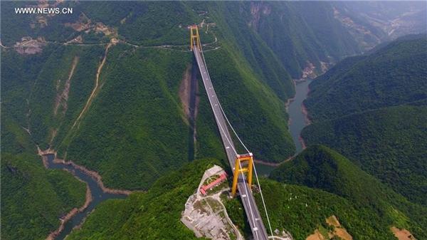 """Khai trương vào 15/11/2009, đây là cây cầu thứ 3 của Trung Quốc trong chưa đầy 10 năm nhận được danh hiệu """"cầu cao nhất thế giới"""". Đây là biểu tượng cho sự phát triển của cơ sở hạ tầng đường cao tốc tại quốc gia này. Ảnh: Xinhua."""