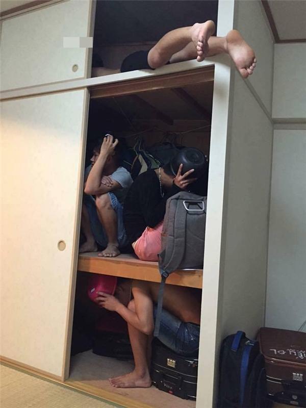 Chui vào tủ để đồ, mỗi thằng một tầng thế này thì không sợ động đất. À nhớ là phải bảo vệ cái đầu.(Ảnh: Internet)