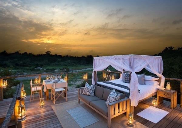 """Tuy nhiên, ngôi nhà gỗ Tinyeleti ở Nam Phi mới là một trong những khách sạn """"hoà quyện thiên nhiên"""" nhất. Tuy phòng ngủ, bàn ăn được đặt giữa không gian lộ thiên, nhưng Tinyeleti vẫn đảm bảo được sự riêng tư của khách vì mỗi căn phòng đều được chia theo từng khu vực khác nhau."""