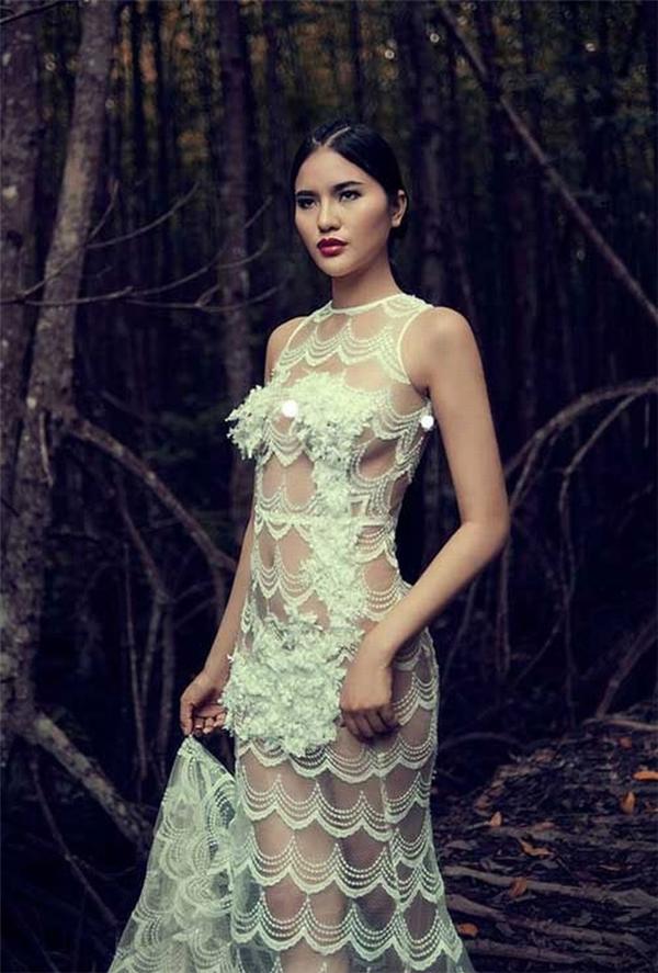 """Những chỗ hiểm của Lê Thị Phương chỉ được che khuất bằng chi tiết đính kết kì công. Khi di chuyển, khả năng """"gây họa"""" của bộ váy này là hoàn toàn có thể."""