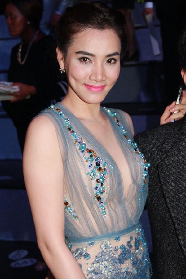 Trang Nhung trong một lần dự tiệc cũng khiến nhiều người đặt câu hỏi khi diện bộ váy như thế, hình như cô đã bỏ quên nội y?