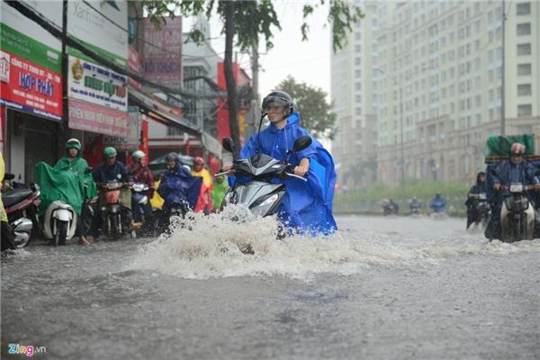 Dù đã nâng cấp hệ thống thoát nước nhiều lần nhưng mỗi khi mưa lớn con đường này lại biến thành sông.