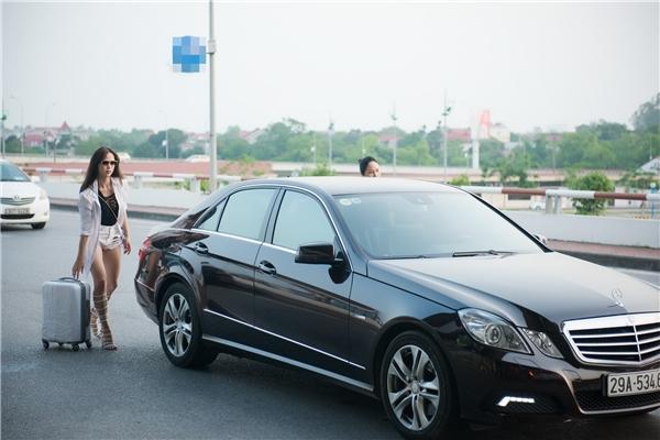 Hoài Linh bị mưu sát, Vũ Ngọc Anh được mẹ đưa đón bằng siêu xe