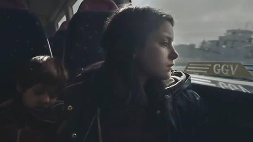 Triệu người lặng mình với clip câu chuyện đời của 1 bé gái tị nạn
