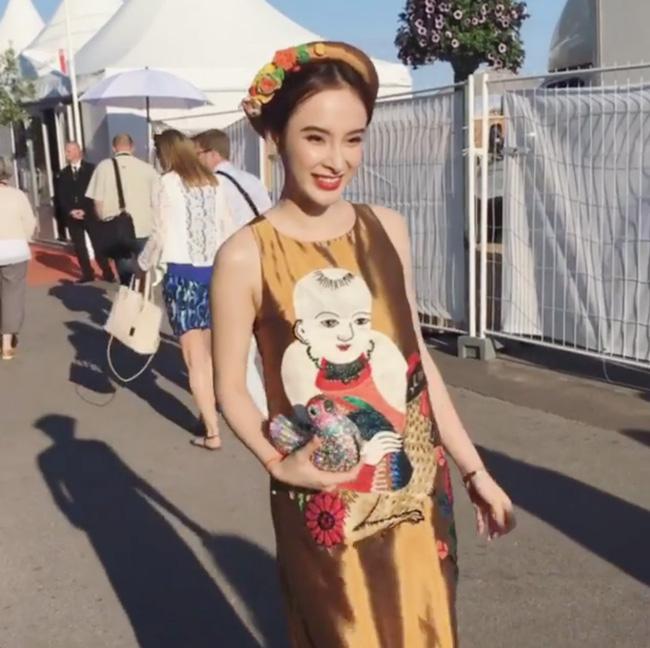 Theo đó, Angela Phương Trinh xuất hiện khá đơn giản nhưng vô cùng độc đáo, đặc sắc. Nữ diễn viên diện váy suông giấu đường cong kết hợp khăn vấn như phụ nữ miền Bắc thời xưa.
