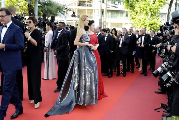 Tại thảm đỏ Cannes, Lý Nhã Kỳ tay bắt mặt mừng với nữ siêu mẫu kiêm MC người Séc Petra Nemcova.