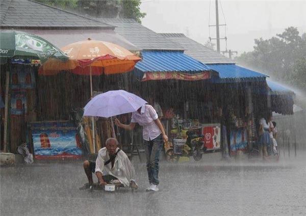 Mặc dù mưa trút như đổ nước song cô gái nhỏ bé này chẳng ngại người mình bị ướt sũng mà che ô cho ông lão tàn tật đi qua đường. Tấm ảnh được chụpở Tô Châu, Trung Quốc nàyđã chứng minhcho nhiều người thấy rằngtình người vẫn luôn hiển hiện quanh ta.(Ảnh: Internet)
