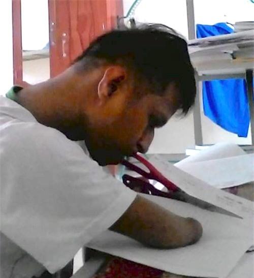 Nay Djruêng vẫn bước tiếp cuộc sống của mình