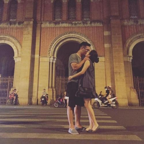Trao cho nhau nụ hôn nồng cháy.