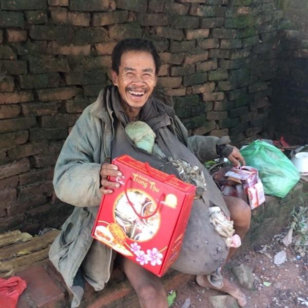 Nụ cười hạnh phúc, vô tư nởtrên môi ông lão vô gia cư khi lần đầu tiên được tặng bánh trung thu đã làm không ít người nghẹn ngào. Chỉ có những hình ảnh như thế này, chúng ta mới biết rằng ở đâu đó trên thế giới vẫn luôn cần lắm những tấm lòng.(Ảnh: Internet)