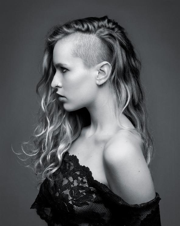 Siêu mẫuAlice Dellal khơi mào cho tóc Undercut ở nữ giới vào năm 2010.