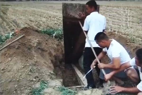 Đào trộm mộ, hệ quả từ tục lệ đám cưới ma. (Ảnh: Internet)