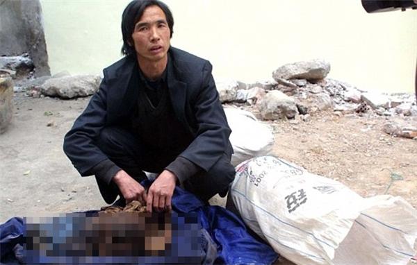 """Một """"thương nhân"""" xác chết lề đường tại Trung Quốc. (Ảnh: Internet)"""