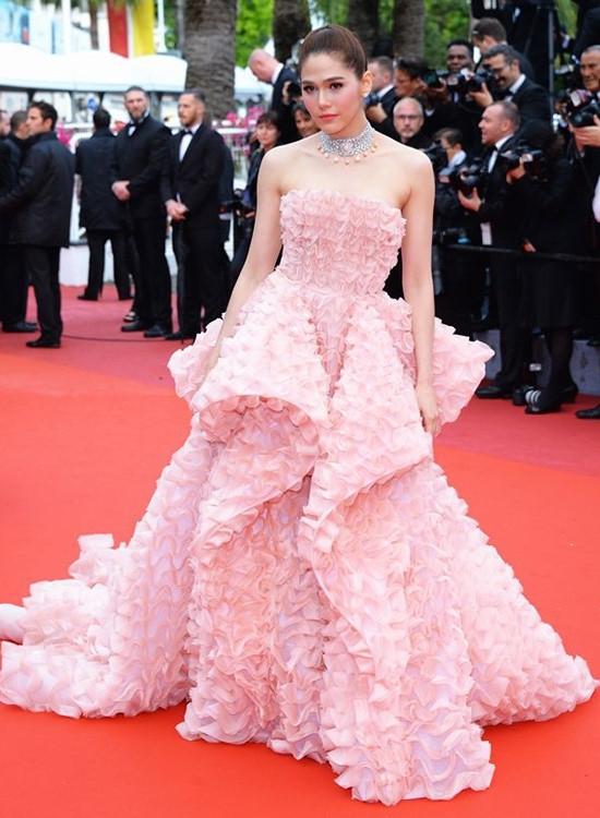 Trong ngày khai mạc Cannes, Chompoo Araya được bình chọn là mĩ nhân ăn mặc đẹp nhất với bộ váy màu hồng ngọt ngào. Thiết kế làm gợi nhớ đến hình ảnh hàng trăm bông hoa hồng được bày lên nhau một cách tinh tế.