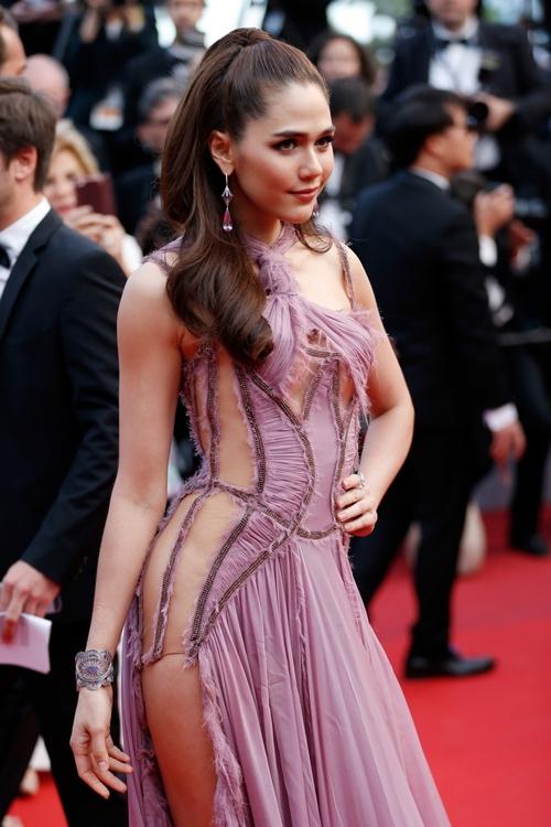 Ngày thứ hai tham dự Cannes 2016, mĩ nhân danh giá đến từ xứ chùa vàng ghi điểm với thiết kế táo bạo của Versace. Sắc tím lơ mang lại vẻ ngoài ngọt ngào nhưng không kém phần quyến rũ, gợi cảm.