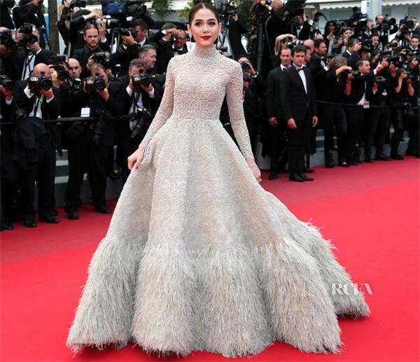 Vào năm ngoái, nữ diễn viên Thái Lan cũng ghi điểm nhờ bộ váy có thiết kế cầu kì đến từ một thương hiệu áo cưới trong nước.