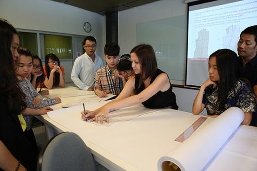 Cô Victoria Ho - nhà thiết kế người Anh - trưởng khoaQuản lívà kinh doanh thời trang ĐH RMIT