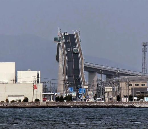 Cây cầu thách thức các tay láibác tài tại Nhật Bản. (Ảnh: Internet)