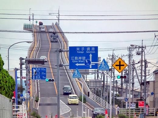 Với độ dốc gần như thẳng đứng,Eshima được xem là cây cầu nguy hiểm nhất thế giới. (Ảnh: Internet)