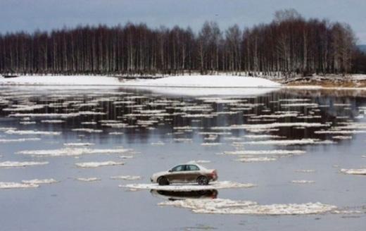 Bạn có thắc mắc tại sao ô tô này có thể đi được trên băng không?