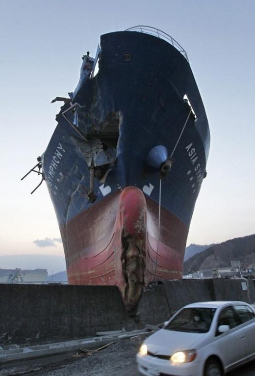 Tàu thủy này đã lao lên cầu.