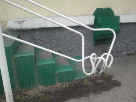 Tay vịn cầu thang xoắn một cách khó giải thích.